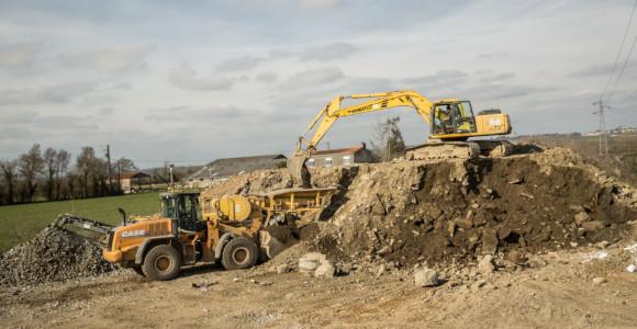 """Recyclage> <h5>Bouchet Vezins investit dans une nouvelle activité depuis plusieurs années.</h5> <p>Il s'agit de valoriser les excédents de terrassement et gravats de démolition, en restant exigeant sur la qualité des matériaux obtenus puisque réutilisés dans nos différentes activités. Sur notre site de Trémentines, nous trions pierres et gravats fins avec un scalpeur. Les premières sont concassées (concasseur à mâchoires, concasseur à percussion) pour des remblais, enrobés, béton … les autres sont destinés au chaulage pour assainir un terrain humide. Nous accordons une importance majeure au """" nettoyage""""="""""""" des="""""""" gravats,="""""""" en="""""""" supprimant="""""""" les="""""""" ferrailles,="""""""" bois,="""""""" plastiques.<="""